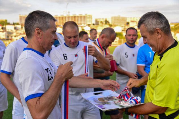 Кубок турнира по футболу среди ветеранов Вооруженных Сил, приуроченный ко Дню ВМФ России остается в Севастополе